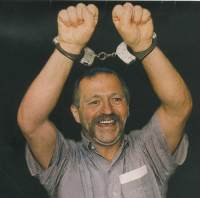 José Bové menotté